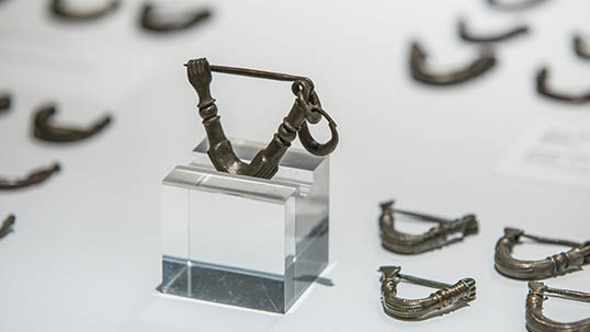 Bronze, triangular fibulae